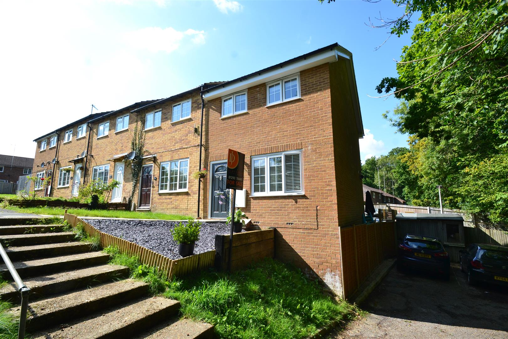 2 Bedrooms End Of Terrace House for sale in Estcots Drive, East Grinstead